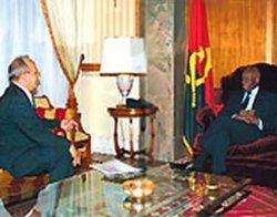 El general de Cuerpo de Ejercito de Cuba Leopoldo Cintra Frias recibido por presidente angolano