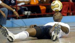 Ex futbolista cubano Erick Hernandez implanta record mundial en dominio del balon