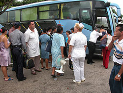 Aceleran evacuacion de poblados costeros en occidente cubano