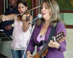 Liuba María Hevia sang several of her most famous titles to the children hospitalized in Las Tunas, Cuba