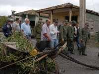 En Camaguey Conversa Primer Vicepresidente del Consejo de Estado con evacuados santacrucenos