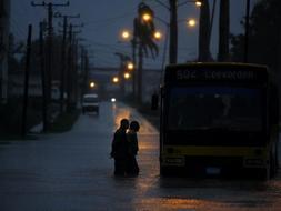El huracan Paloma continua debilitandose en Cuba y ya es de categoria 1