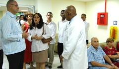Elogia avances medicos de Cuba el primer ministro barbadense David John Howard Thompson