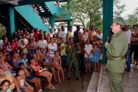 Visita el Presidente de los Consejos de Estado y de Ministros Raul a damnificados del huracan Paloma