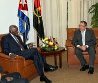 El presidente cubano Raul Castro recibe saludos de Jose Eduardo dos Santos
