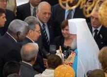 El presidente cubano Raul Castro a delegación eclesiastica rusa de alto nivel