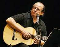 Cuban singer Silvio Rodriguez captivated with his music over 10 thousand Guatemalans.