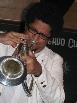El trompetista cubano Yasek Manzano actua en Alicante España.