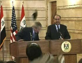 A zapatazo limpio despiden al presidente Bush