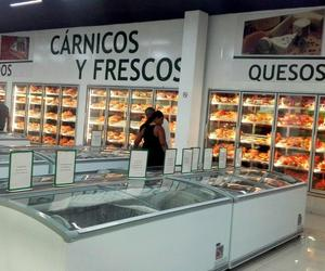 They fill with packages of croquettes the refrigerators of a store in Santiago to camouflage the scarcity and little variety